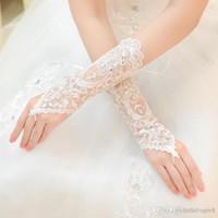 2019 Luxus Kurze Spitze Braut Brauthandschuhe Hochzeit Handschuhe Kristalle Hochzeit Zubehör Spitze Handschuhe für Bräute Fingerlose Handgelenk Länge