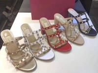 Zapatillas de moda remaches para mujer Zapatos de punta abierta con zapatillas gruesas de piel de oveja Sandalias de tacón alto Zapatillas de remache de una sola palabra para mujeres