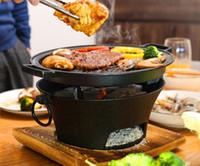 Tragbare Gusseisen Holzkohlegrill Grill Tischgrill Hot Pot Herd Chinesisch Retro-Stil Heizofen Aluminiumpfanne mit Holzauflage 037-3