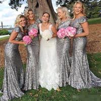 Silbergraue Pailletten Brautjungfernkleider Kappe Ärmel Schaufel Neck Sweep Zug Country Hochzeit Haustern von Honor Kleid Sonderanfertigte Formale Abendkleidung
