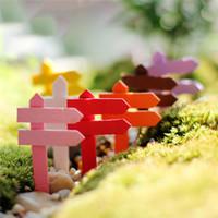 50 pz / lotto Mini Legno Multicolore Segnale Stradale Figurine Ornamenti Da Giardino Mestiere Pianta In Miniatura Micro Paesaggio Mini Decor FAI DA TE