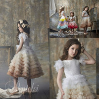 Compleanno Parte manica corta dreamly Una linea Flower Girl Dress Jewel piuma Paillettes Tulle increspature a file del vestito da spettacolo di lunghezza del ginocchio della ragazza
