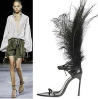 Hot Sexy Tobillo Long Feather Lady T Show Summer Sandal Zapato Vendaje Cordones Punta estrecha Negro Blanco Pluma roja