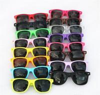 gratuit Envoyer DHL-Femmes et Hommes Les plus bas prix moderne plage Sunglass plastique classique de style de lunettes de soleil 17 couleurs