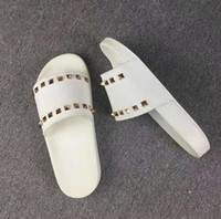Модельер Женщины Тапочки сандалии Ladies Beach Трусы Tide Мужской Rivet Stud Тапочки Нескользящие кожа Mens Casual Шипы обувь