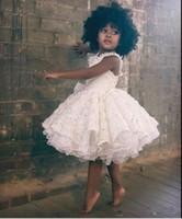 Muhteşem Beyaz Dantel Çiçek Kız Elbise 2019 Ruffles Diz Boyu Siyah Kız Balo Parti Elbise Çocuklar Biçimsel Wear Özel Made Bebek Modelleri