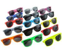 Vente chaude pour femmes et pour hommes le plus cher moderne plage Sunglass plastique classique de style de lunettes de soleil Beaucoup de couleurs à choisir Lunettes de soleil