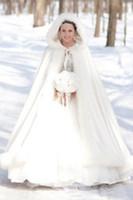 2020 레트로 맞춤형 화이트 겨울 신부 랩 재킷 화려한 새틴 후드 웨딩 코트 드레스 공식 신부 케이프 랩 가짜 모피 망토