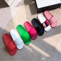 2019 lüks Tasarımcı Yaz kauçuk slayt sandal Erkekler ve kadınlar için Düz terlik parlak renkli yaz geçirgen hissediyorum Plaj flip flop 42 46
