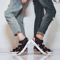 2018 été nouvelles chaussures de plage éclatèrent sandales femmes fond épais chaussures femmes usine couple mode gros chaussures confortables
