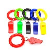 100pcs Pulsera Llavero espiral silbatos de plástico partido de la diversión colorida banda de muñeca favores para niños de los niños de moda clave Titular de la cadena llavero