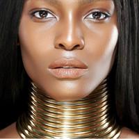 بيان خمر المختنق قلادة المرأة لون الذهب الجلود طوق ماكسي قلادة مجوهرات الأفريقية المختنقون كبير