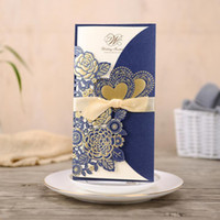Invitaciones de la boda del corte del láser azul marino de alta calidad de las invitaciones de la flor Hollow Flower Tarjetas de invitación personalizadas gratis con sobres