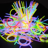 Navidad neón Glowstick 100 piezas Palo divertido de los niños del palillo del resplandor Juguetes Glow in the Dark pulsera fluorescente juguete para niños