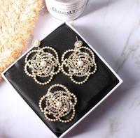 2020 새로운 유럽과 미국의 진주 동백 브로치 진주 모조 다이아몬드 퀸 팬 코사지 꽃 눈송이 편지 핀 같은 귀걸이