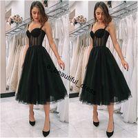 Vestido de Homecoming Nueva Llegada Ilusión Negro Vestido de graduación Spaghetti Correa Polka Dot Tulle Tea Longitud Formal Partido Vestido corto Vestido de Festa