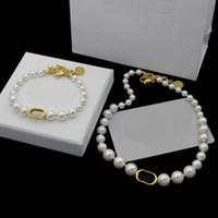 Europa Amerika Modeschmuck Sets Frauen Dame Titan Stahl Natürliche weiße Perlenkette Halsketten Armbänder mit D Briefanhänger