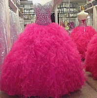 2019 Lusso Hot Pink Crystal Bort Ball Gowns Quinceanera Abiti Tulle Ruffles Sweetheart Lace Up Back Sweet 16 sera abito abito formale