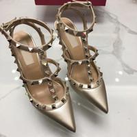 Hot Sale-2019 Lackleder-Frauen-Bolzen Sandalen Punkt Toe Zwei Knöchelschnallen Damen Sexy Nieten High Heels Neon Farbe Kleid-Schuhe