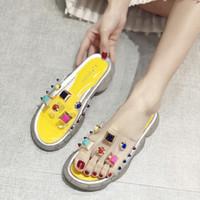 Роскошная дизайнерская Женская обувь дизайнерские тапочки прозрачный цвет заклепки платформа слайд Леди шлепанцы шипованные противоскользящие толстые нижние моды