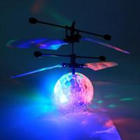 2017 Nuovo arrivo Led giocattolo RC Elicottero RC palla volante giocattoli volanti RC palla a induzione infrarossa RC con illuminazione lampeggiante Giocattoli per bambini colorati