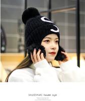 Kadın Yeni Kış Güzel Örgü Şapka Sıcak Yün Şapka Moda kalınlaşmış Yün Topu kulaklık Üç Top Şapka