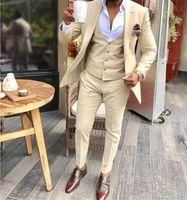 Trajes de novia de color beige novio esmoquin padrinos de boda mejor hombre para el hombre joven Trajes Prom Día Coupple (chaqueta + pantalones + chaleco) los hombres trajes de etiqueta juego de la boda el novio
