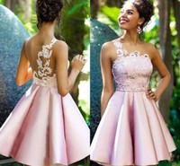 2020 새로운 핑크 짧은 미니 홈 컴컴트 드레스 한 숄더 레이스 아플리케 얇은 목 넥 무릎 길이 칵테일 드레스 Juniors 댄스 파티 가운