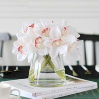 흰 난초 인공 꽃 진짜 터치 Cymbidium 꽃 신부의 손 꽃다발 결혼 테이블 장식을위한 꽃 장식