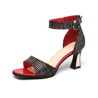 الجديدة 2019 سيدة الصنادل 8944 أحذية حجر الراين الصنادل كعب سميك مشبك معدني المرأة من قطعة واحدة الإبزيم أحذية
