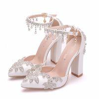 Белый цвет Свадебные туфли Коренастые пятки пряжки Женские насосы великолепные горный хрусталь Bridal Party Books Outded Toe свадебные туфли