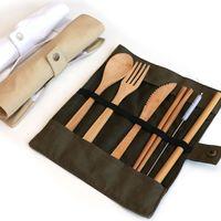 عدة سفر الخيزران الطبيعية تشمل سكين ، شوكة ، ملعقة ، قش وفرشة تنظيف للغداء في مكتب التخييم
