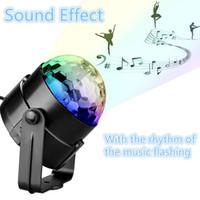 Sound Activated Rotating Disco Ball Party Lights Gyrophare 3W RGB LED lumières de la scène pour Noël à la maison de Noël KTV Wedding Show avec télécommande