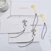 Conjunto de tarjetas de felicitación con la carpeta en relieve del sobre de kraft modelos de estampado para el festival de boda del cumpleaños que celebra la invitación