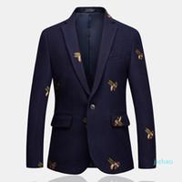 Fashion- رجل واحد زر السترة النحل التطريز الزفاف الذكية سليم صالح عادية سترات الجودة العالية الحجم 6XL الأزرق الداكن الملابس ذكر
