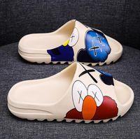 2020 Slide Kaws Zapatilla de Mujeres de Kid zapatos de diseño Bone Marrón Tierra de arena del desierto de diapositivas sandalias de espuma de resina Runner Plaza Sésamo
