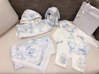 Hihg Quality Осень весенние младенческие бойгирль-пики одежда набор новорожденного комбинезона + шляпа + нагрудник и детское одеяло халат красотки Bunny игрушечные девушки Oys подарочные наборы