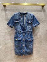 2020 가을 워시 블루 여성 드레스 V 칼라 반팔 금속 버튼 데님 드레스 여성 4 개의 버튼 편지 로고 드레스 활주로 80408