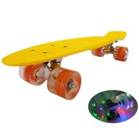 Skateboarding 22 Zoll Skateboard mit blinkendem Licht Skateboard Kunststoff Longboard-Vierrad für Kinder Erwachsene Outdoor-Sportarten
