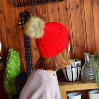2020 Caps Nuovo disegno di marca Faux della pelliccia di Fox sfera Pompon maglia per donne di colori puri di stile esterno di inverno caldo Beanie