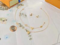 أوروبا أمريكا أزياء نمط مجموعات مجوهرات سيدة نساء التيتانيوم الصلب مجموعات منقوش V الأحرف الأولى سحر قلادة قلادة سوار وأقراط