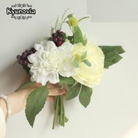 Kyunovia que Wedding Bouquet é composta das folhas verdes Artificial Silk Hydrangea Flower Berry e Dahlia Bridal Bouquets D111