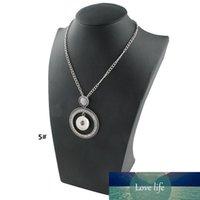 La nuova collana del pendente del bottone del bottone di nossa unica con il piccolo cerchio di cristallo è in vendita