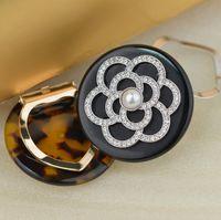 Горячая продажа женской перлы высокого качества камелии акриловый бриллиантовая брошь двойного назначения шарф пряжки угол пряжки шарф нагрудное украшение бесплатная доставка