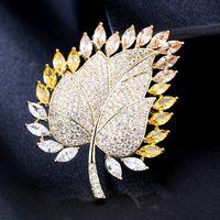 Broches unisexes broches jaune plaqué or bling cz feuille broche broche pour hommes femmes pour fête mariage beau cadeau