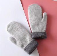 Перчатки для женщин для зимней и осени Кашемира Перчатки Перчатки с Прекрасными Fur Ball Спорт на открытом воздухе теплых зимних перчаток