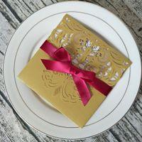 Elegante oro Shimmer pizzo Inviti di nozze con il nastro Borgogna Personalzied Stampa inviti Laser Cut Quinceanera Biglietti d'auguri