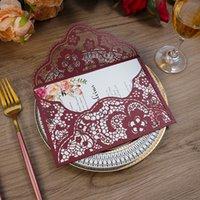 Burgoundy Lace Flower Pocket Body Fiesta Invitaciones, Tarjetas de felicitación Corte Laser Para Quinceañera Dulce Quince Cumpleaños