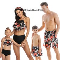Familia combinando trajes de baño miradas madre hija bikini traje de baño padre hijo nadar pantalones cortos mami papá y me visten ropa de playa