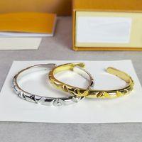 Europa América estilo de moda hombres dama mujeres titanio acero grabado v iniciales voltios múltiples brazaletes abiertos brazalete 2 color
